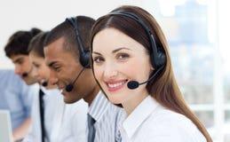 Agentes do serviço de atenção a o cliente com auriculares sobre