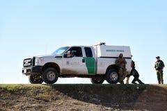 Agentes y vehículo de la patrulla fronteriza que toman una rotura imagenes de archivo