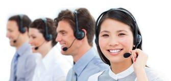 Agenti di servizio di assistenza al cliente in una call center fotografia stock libera da diritti