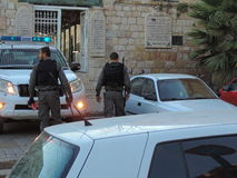 Agenti di sicurezza muniti al portone della moschea di Al-Aqsa, Gerusalemme Immagini Stock Libere da Diritti