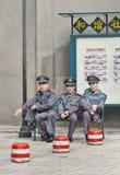 Agents de sécurité ayant une coupure sur un banc, Guangzhou, Chine Photographie stock