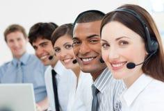 Agents de service à la clientèle avec l'écouteur en fonction images stock