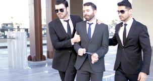 Agents secrets arrêtant un criminel banque de vidéos