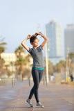 Agentvrouw die, het Strand Barceloneta van Barcelona lopen stock fotografie