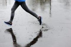 Agentvrouw die in Park in de regen lopen Het aanstoten van opleiding voor m Stock Afbeeldingen