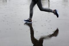 Agentvrouw die in Park in de regen lopen Het aanstoten van opleiding voor m Royalty-vrije Stock Afbeeldingen