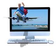 Agenzia di viaggi online di prenotazione dell'aereo di guida dell'uomo Immagine Stock