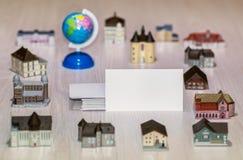 Agenzie immobiliari in bianco del biglietto da visita, società di costruzioni Bene immobile intorno al mondo Prestito dell'allogg Fotografia Stock