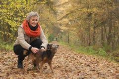 Ager muska jej psa Zdjęcie Stock