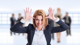Agera för kvinnaaffärschef som är roligt och som är barnsligt royaltyfria foton
