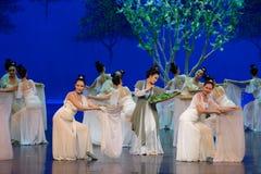Agerar den matande silkesmasken- för mullbärsträdmodern först: `en för prinsessa för ` för drama för mullbärsträdträdgård-epos da royaltyfri bild