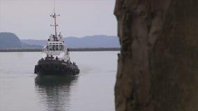 Aggancio del Towboat al porto di Conacry, Guinea video d archivio