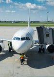 Aggancio dell'aereo bianco Fotografia Stock