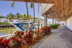 Aggancio della barca ai condomini del lusso di Napoli Florida Fotografia Stock Libera da Diritti