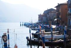 Aggancio di piccole barche di legno nello stile italiano tipico fotografia stock libera da diritti