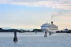 Aggancio enorme della nave da crociera nella baia all'isola di Lido fotografie stock libere da diritti