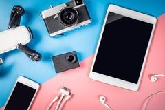 Aggeggi ed oggetto di viaggio con lo schermo vuoto della compressa Fotografie Stock Libere da Diritti