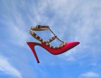 Agghindi per il partito Bella scarpa rosa che galleggia nel cielo, sogno per le ragazze per il partito fotografie stock libere da diritti