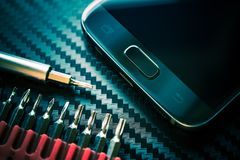 Aggiornamento di riparazione del telefono cellulare fotografia stock libera da diritti