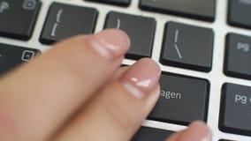 Aggiunga al carretto in bottone tedesco sulla tastiera che di computer le dita femminili della mano premono il tasto video d archivio