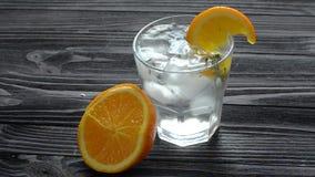 Aggiunta dei cubetti di ghiaccio in vetro con il cocktail fresco archivi video