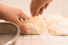 Aggiunta del pezzo di farina sugli gnocchi casalinghi Fotografia Stock Libera da Diritti