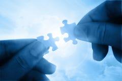 Aggiunta delle due parti di puzzle Fotografie Stock