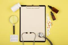 aggiusta il posto di lavoro - compressa medicinale, stetoscopio, pillole e lente d'ingrandimento Fotografia Stock Libera da Diritti