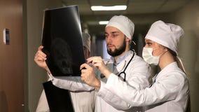 Aggiusti analizzare l'immagine di schermo umana dei raggi x del cranio in ospedale stock footage