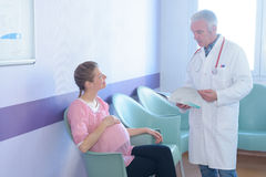 Aggiusti dare le notizie alla donna nella sala di attesa dell'ospedale Fotografia Stock
