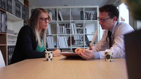 Aggiusti e curi l'esame della perizia medica e la presa del caffè video d archivio