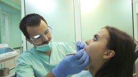 Aggiusti fare il trattamento dentario al suo paziente in clinica archivi video