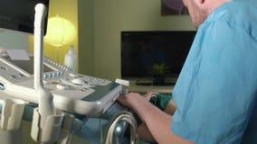 Aggiusti fare l'ultrasuono 3d sulla pancia della donna di t in clinica 4k archivi video