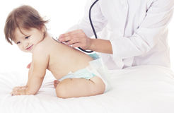 Aggiusti il controllo del bambino con lo stetoscopio su fondo bianco. Immagine Stock