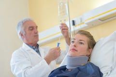 Aggiusti il controllo del gancio di collo d'uso paziente della borsa del gocciolamento fotografie stock