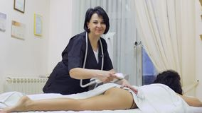 Aggiusti il corpo del ` s della donna di massaggi con l'apparecchiatura di GPL video d archivio