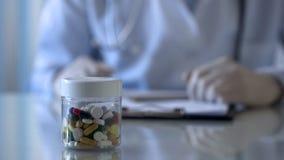 Aggiusti il farmaco di prescrizione e barattolo con le compresse, primo piano dare delle mani fotografie stock