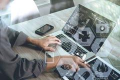 Aggiusti il lavoro con la compressa digitale ed il computer portatile con smar Fotografia Stock