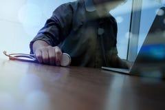 Aggiusti il lavoro con la compressa digitale ed il computer portatile in medica Fotografia Stock