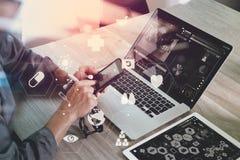 aggiusti il lavoro con lo Smart Phone e computer portatile e compressa digitale co Fotografie Stock