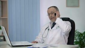 Aggiusti il paziente d'invito all'ospedale, parlante dei vantaggi della clinica privata video d archivio