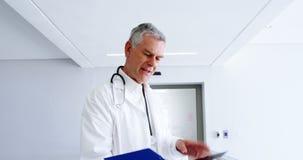 Aggiusti l'esame della perizia medica e sorridere alla macchina fotografica video d archivio
