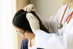 Aggiusti l'esame i capelli del ` s e del cuoio capelluto pazienti, disordine del cuoio capelluto dell'esame del dermatologo fotografia stock libera da diritti