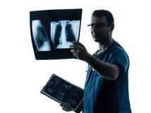 Aggiusti l'immagine d'esame dei raggi x del torso del polmone del radiologo del chirurgo Fotografia Stock