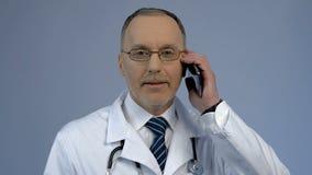 Aggiusti la chiamata del paziente, il servizio dal telefono, sanità di visita medica Fotografia Stock