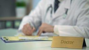 Aggiusti la compilazione delle carte di assicurazione in clinica, sistema sanitario costoso stock footage
