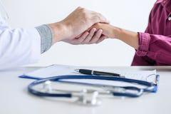 Aggiusti la mano paziente commovente per incoraggiamento e l'empatia su Th fotografia stock