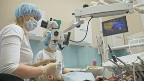 Aggiusti la micro macchina fotografica intraorale speciale usata di Digital ai denti dell'esame Sul monitor il dentista ed il paz archivi video