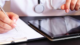 Aggiusti la scrittura della prescrizione facendo uso del pc digitale della compressa stock footage