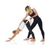 Aggiusti le mani che applicano il fisio nastro speciale sulla spalla della donna Fotografia Stock